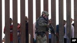 Arhiva - Agent američke granične i carinske zaštite korača pored zida na granici Meksika i Sjedinjeni Država, viđen iz San Dijega, Kalifornija, 25. novembra 2018.