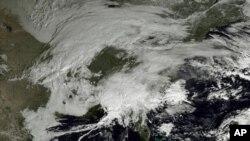ຮູບພາບທີ່ນຳອອກເຜີຍແຜ່ ໂດຍອົງການ NOAA ສະແດງໃຫ້ເຫັນວ່າ ລະບົບລົມພາຍຸຫິມະພວມປົກຄຸມ ເຄິ່ງພາກຕາເວັນອອກຂອງສະຫະລັດ (7 ກຸມພາ 2013)