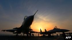 """中国海军派出航空母舰辽宁号在内海军舰队在东中国海举行了""""实弹演习""""。(2018年4月24日)"""