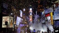 ການສະແດງຄອນເສີດ ທີ່ຈະຕຸລັດ Times Square ໃນນະຄອນນິວຢອກ ທ່າມກາງການໂຍນ confetti ສະຫຼອງການມາເຖິງຂອງປີໃໝ່ ປີ 2011 (ທ່ຽງຄືນວັນທີ 31 ທັນວາ 2010)