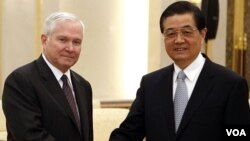 Menhan AS Robert Gates (kiri) berjabat tangan dengan Presiden Tiongkok Hu Jintao di Beijing, Selasa, 11 Januari 2011.