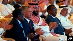 Наследный принц Саудовской Аравии Мухаммед бин Салман (в центре) и король Иордании Абдулла (второй слева). Эр-Рияд, Саудовская Аравия. 23 октября 2018 г.