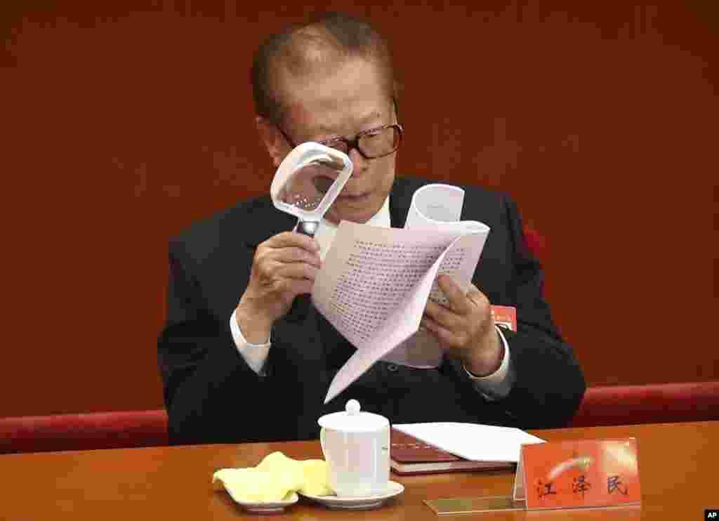 中共前总书记江泽民在北京人大会堂召开的中共19大开幕式上拿着放大镜阅读(2017年10月18日)。这款德国进口的放大镜的同款产品随之在网上走红,但许多发表同款放大镜图片的微博被删。