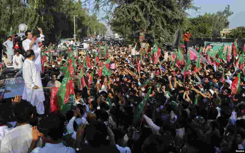 عمران خان کارکنان سے خطاب کر رہے ہیں