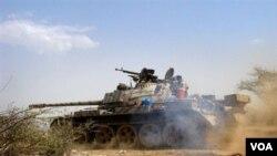 Pasukan Yaman dalam pertempuran dengan pemberontak Houthi.