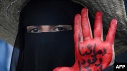 """Phụ nữ Yemen giơ bàn tay sơn màu đỏ với hàng chữ """"Máu của chúng tôi là nhiên liệu cho cuộc cách mạng"""" trong một cuộc biểu tình đòi Tổng thống Yemen Ali Abdullah Saleh từ chức ở Sana'a, ngày 23/9/2011"""