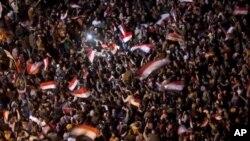 Umati wa watu wanaopinga serikali ya Hosni Mubarak katika uwanja wa Tahrir, Cairo Feb. 10, 2011.