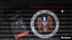 Ilustrasi gambar yang menggambarkan logo Badan Keamanan Nasional AS (NSA) dekat sebuah komputer tablet dan telepon genggam Kanselir Jerman, Angela Merkel, ditampilkan berkali-kali di Frankfurt (28/10).