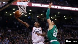 지난 4일 캐나다 토론토에서 열린 2017-2018 미국프로농구(NBA) 보스턴 셀틱스와의 경기에서 토론토 랩터스의 델론 라이트가 상대팀 수비를 뚫고 슛을 시도하고 있다.