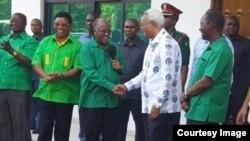 Waziri Mkuu wa zamani Edward Lowassa wa pili kulia akipokelewa na Mwenyekiti wa CCM John Magufuli katika ofisi ndogo cha CCM Dar es Salaam.