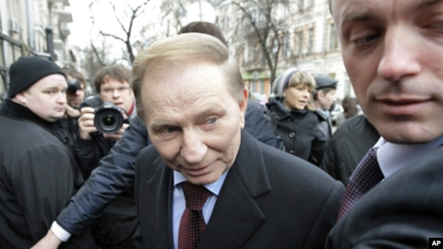 Former Ukrainian president Leonid Kuchma (c) arrives at the general prosecutor's office in Kyiv,  March 24, 2011