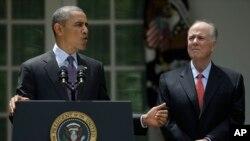 Rais Barack Obama, na mshauri wake wa usalama wa kitaifa, Tom Donilon, kwenye picha katika bustani ya ikulu mjini Washington, iliyopigwa June 5, 2013.
