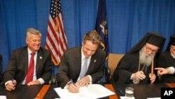 Ο Αρχιεπίσκοπος Αμερικής κ. Δημήτριος, ο κυβερνήτης της Νέας Υόρκης Ά. Κουόμο και ο Γερουσιαστής της Νέας Υόρκης Ν. Σκέλος υπογράφουν την συμφωνία ανέγερσης του Αγ. Νικολάου