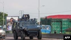 Un véhicule blindé de la police patrouille à Kinshasa, RDC, 30 novembre 2017.