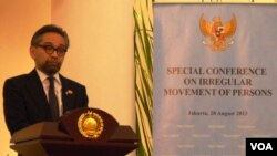 Menteri Luar Negeri Marty Natalegawa dalam konferensi pencari suaka di Jakarta (20/8). Marty mengatakan rencana Australia mengusir kapal migran dari perairan Australia bisa mengganggu hubungan bilateral kedua negara.