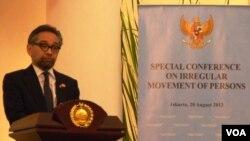 Menteri Luar Negeri Marty Natalegawa dalam konferensi pencari suaka di Jakarta (20/8). (VOA/Fathiyah Wardah)