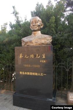 中国青岛水族馆里的蔡元培雕塑,他是青岛水族馆的创始人之一。