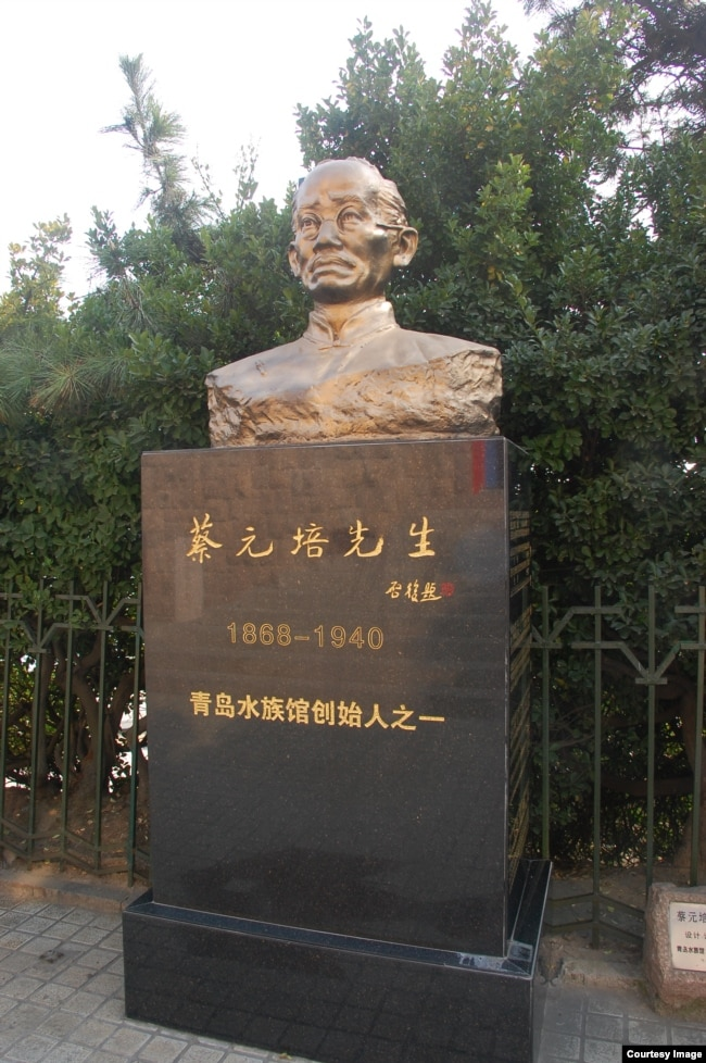中國青島水族館裡的蔡元培雕塑,他是青島水族館的創始人之一。