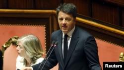 PM Italia Matteo Renzi meyampaikan sambutan di headman parlemen Italia di Roma, 22 April 2015.