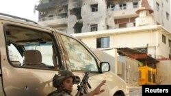 2013年6月24日在黎巴嫩南部城市赛达附近政府军与强硬的逊尼派神职人员谢赫•阿马德•阿希尔的支持者交火。