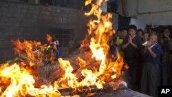 Người Tây Tạng lưu vong cầu nguyện bên cạnh giàn thiêu của anh Jamphel Yeshi, 27 tuổi, qua đời sau khi tự thiêu tại New Delhi, Dharmsala