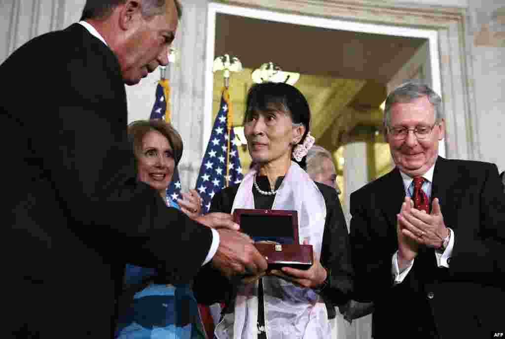 اهدا مدال طلای کنگره آمريکا توسط جان بينر، رييس مجلس نمايندگان آمريکا به آنگ سان سوچی.