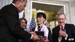 Aung San Suu Kyi Ariko Ahabwa Umudali w'Inzahabu w'Inama Nshingamateka ya Amerika