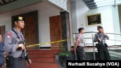 Polisi melakukan penjagaan di Gereja St Lidwina, Sleman, Yogyakarta sesaat setelah penyerangan terjadi, 11 Februari 2018. (dok.:VOA/Nurhadi Sucahyo)
