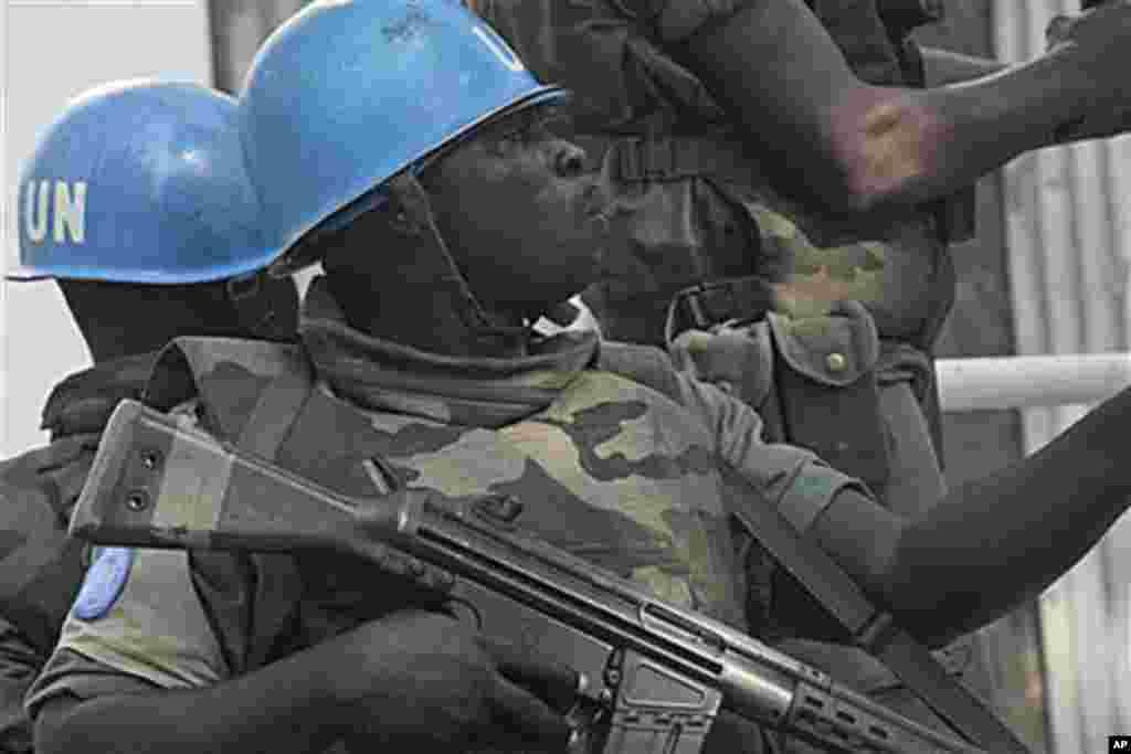 Des Casques bleus en patrouille à Abidjan.
