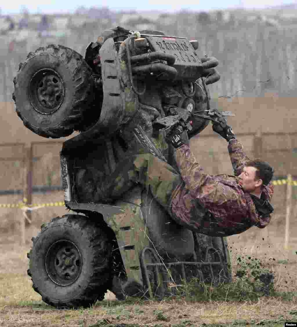 Một người biểu diễn trước cuộc đua xe địa hình không chuyên ở gần ngôi làng Kozhany thuộc vùng Siberia, cách thành phố Krasnoyarsk của Nga 200km về hướng tây nam, ngày 1 tháng 5, 2013.