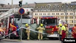 18일 핀란드 남부 해안도시 투르쿠시에서 한 남성이 흉기를 휘둘러 여러 명이 부상한 가운데 구조대가 사건 현장에 출동했다.