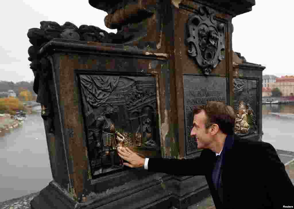 بازدید امانوئل ماکرون از مجسمه سنت جان نپوموک. این مجسمه یکی از بناهای یادبود بر روی پل چارلز در پراگ است.