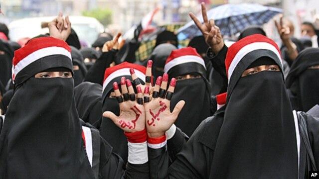 Female anti-government protesters, chant slogans during a demonstration demanding the resignation of Yemeni President Ali Abdullah Saleh, in Taiz, June 14, 2011