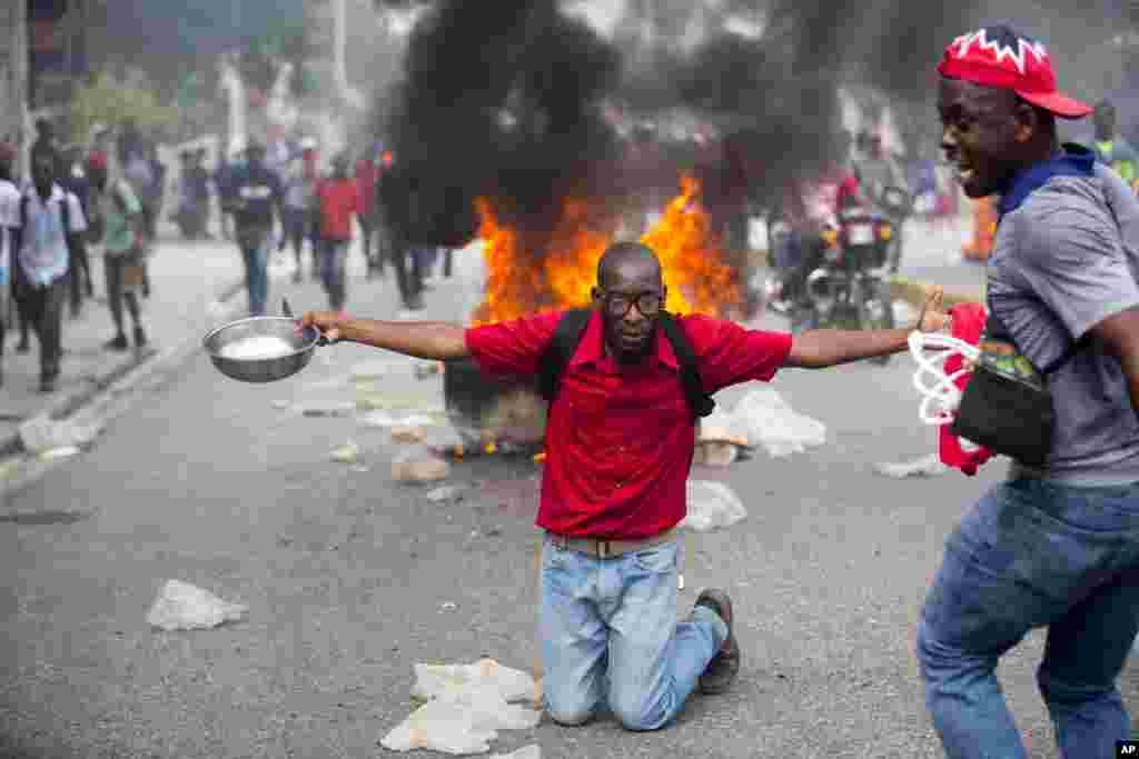 اعتراضات مردم در هایتی و زانو زدن مردی با قاشق و کاسه در اعتراض به فقر و گرسنگی