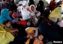 مسلمانان موسوم به روهینگیا می گویند مورد حمله نیروهای دولتی میانمار قرار گرفته اند