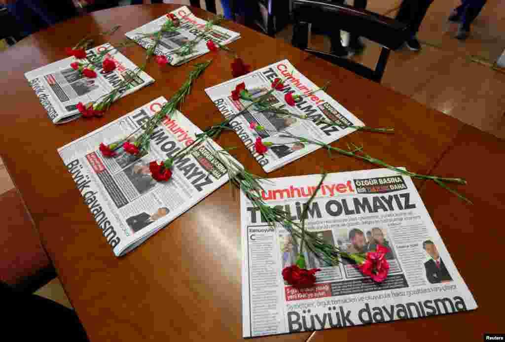 ផ្កាមួយប្រភេទ និងកាសែត Cumhuriyet ត្រូវបានគេដាក់នៅលើតុក្នុងក្រុង Istanbul ប្រទេសតួកគី។