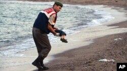 Hình ảnh cái chết thảm thương của cậu bé 3 tuổi người Syria đã gây phẫn nộ khắp châu Âu.