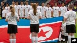 2012年7月25日朝鲜女子足球队伦敦夏季奥运会开始前唱国歌