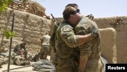 Binh sĩ Mỹ đau buồn khi đồng đội bị thương trong 1 vụ nổ ở miền nam Afghanistan, 12/6/2012