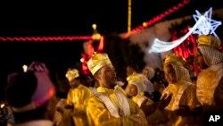 Des adorateurs érythréens dansent devant l'église de la Nativité (7 janvier 2017)