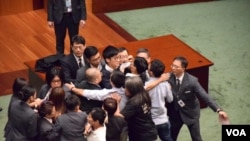 青年新政两议员再闯立法会大会试图宣誓不果 (美国之音汤惠芸/海彦拍摄 )