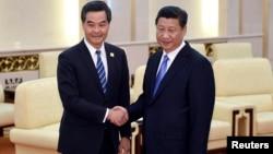 2014年11月9日中国国家主席习近平(右)在北京人民大会堂和香港特区行政长官梁振英(左)会面握手