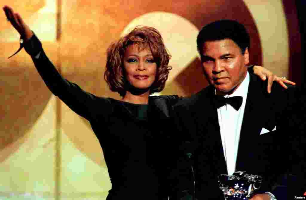 د امریکا مشهوره سندرغاړې، ویتنې هاسټن، د ۱۹۹۸ کال د اکتوبر په ۲۱ نېته په نیویار کې محمد علي ته د زړورتیا مډال ورکړ. هغه ۷۴ کلونو په عمر مړ شو