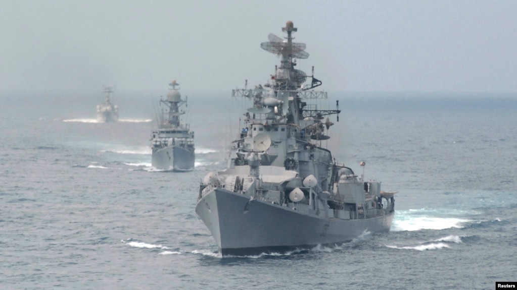 Tàu hải quân Ấn Độ trong một cuộc tập trận hồi 2010, gần cảng Chennai.