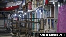 Pasar Jamaika tetap kosong karena pekerja mendisinfeksi tempat itu selama pandemi COVID-19 pada 23 Mei 2020. (Foto: AFP/Alfredo Estrella)