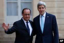 French President Francois Hollande, left, and US Secretary of State John Kerry, pose upon arrival at the Elysee Palace, in Paris, France, Nov. 17, 2015.