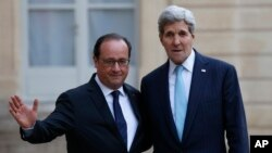 El presidente de Francia, Francois Hollande y el secretario de Estado estadounidense John Kerry, se reunieron este martes en París.