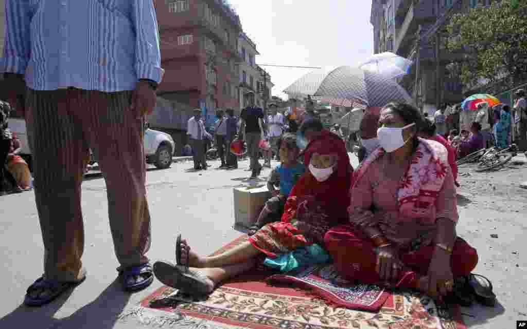 Cư dân địa phương chạy ra đường sau trận động đất ởKathmandu, Nepal, ngày 12/5/2015.