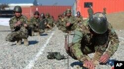 افغان سرتیري د شاهین په پوځي اډه کې د ماین پاکۍ د تمرینونو پر وخت