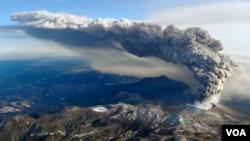 Asap membubung dari gunung berapi di pulau Kyushu, Jepang selatan. (Foto: Dok)